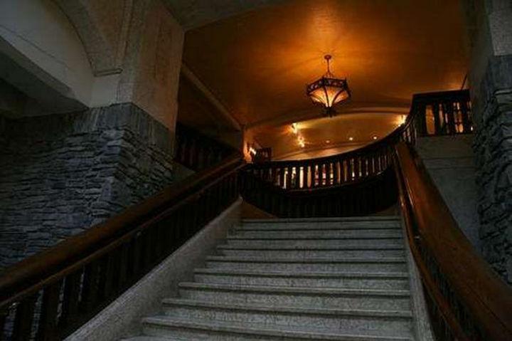 Лестница в отеле Banff Springs.