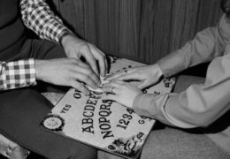 Доска Уиджа: инструмент дьявола или безобидная семейная игра?